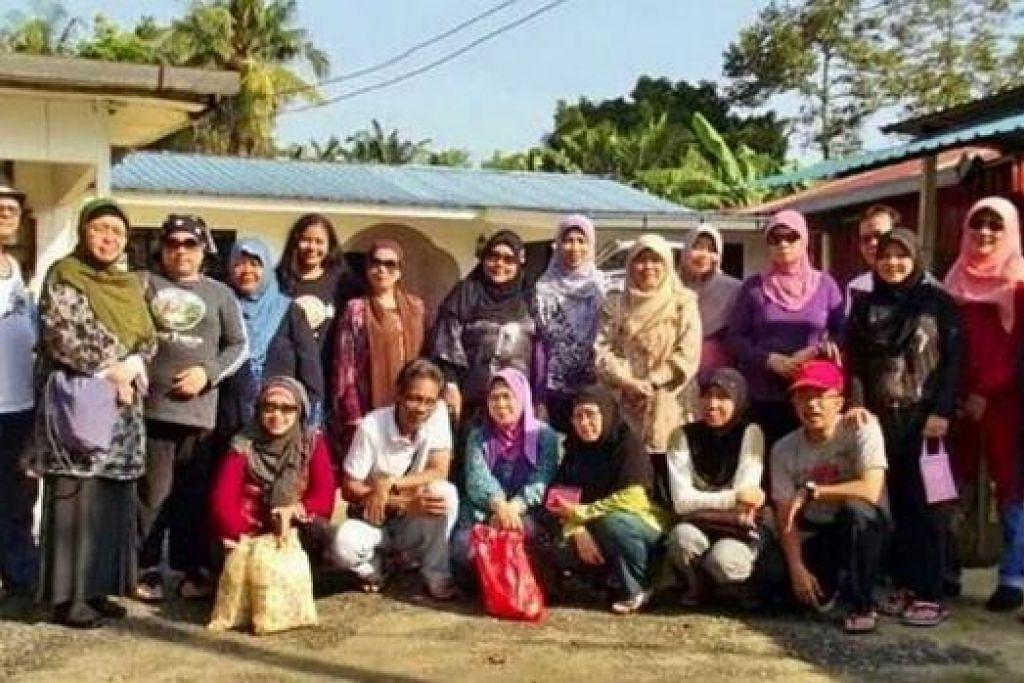 BALIK KAMPUNG: Kumpulan bekas penduduk kampung di Geylang Serai mengadakan homestay di Kulai Jaya, Johor, sebagai melepaskan rindu kehidupan di kampung. – Foto-foto HAMZAH RAHIM