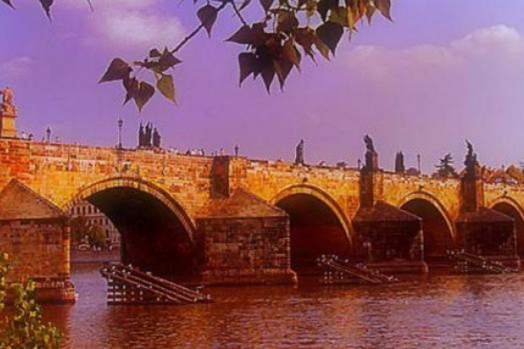 JAMBATAN CHARLES: Jambatan yang menghubungkan ke Kota Lama ini memang sentiasa sibuk. - Foto-foto MOKSIM SALEH