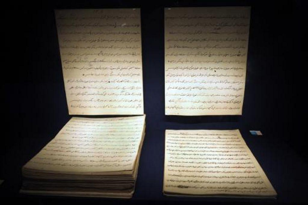 ARTIFAK LAMA: Artifak dikenali sebagai Sejarah Melayu atau Sulalatus Salatin ini antara yang disertakan dalam peraduan menulis Arte(Factually) Speaking.  - Foto-foto JOHARI RAHMAT
