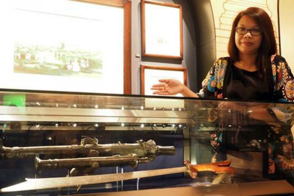 DEMI PUPUK MINAT: Pembantu pengarah kanan pendidikan dan akademi NHB, Cik Asmah Alias, dengan sebahagian bahan pameran di Muzium Negara. Menurutnya, peraduan itu juga bertujuan memupuk minat dalam diri pelajar mengenai artifak bersejarah berkaitan budaya Singapura dan bagaimana pengaruhnya dirasakan di Asia Tenggara dan dunia. - Foto-foto JOHARI RAHMAT