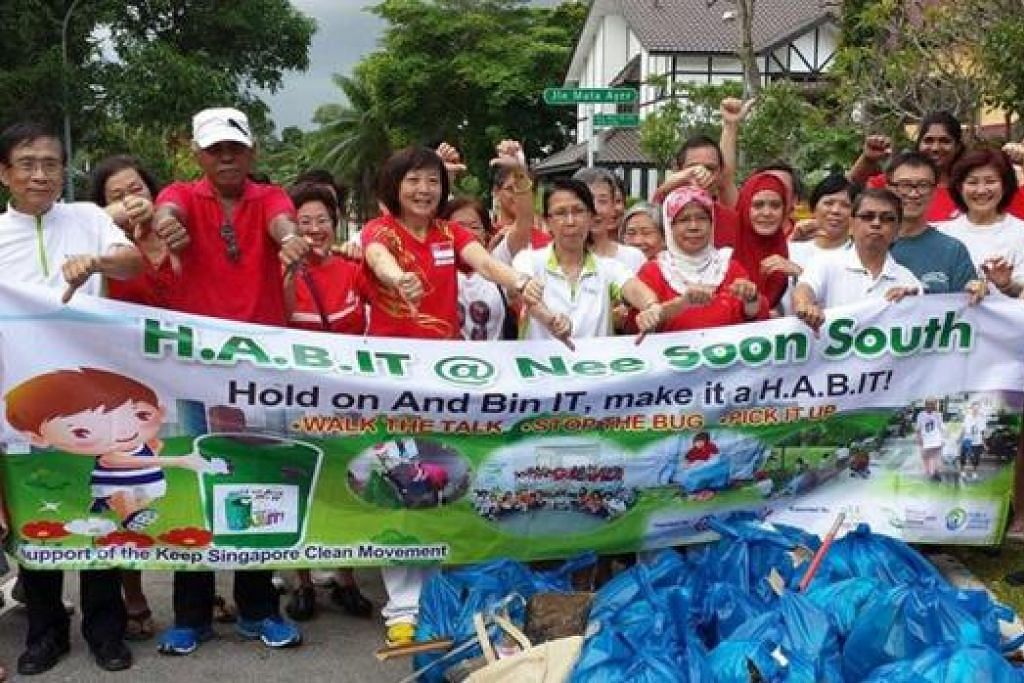 HAPUSKAN KEKOTORAN: Dr Lee Bee Wah (lima dari kiri) bersama penduduk kejiranan Nee Soon South bersama-sama membersihkan kawasan dan menghapuskan pembiakan nyamuk. - Foto NEE SOON SOUTH