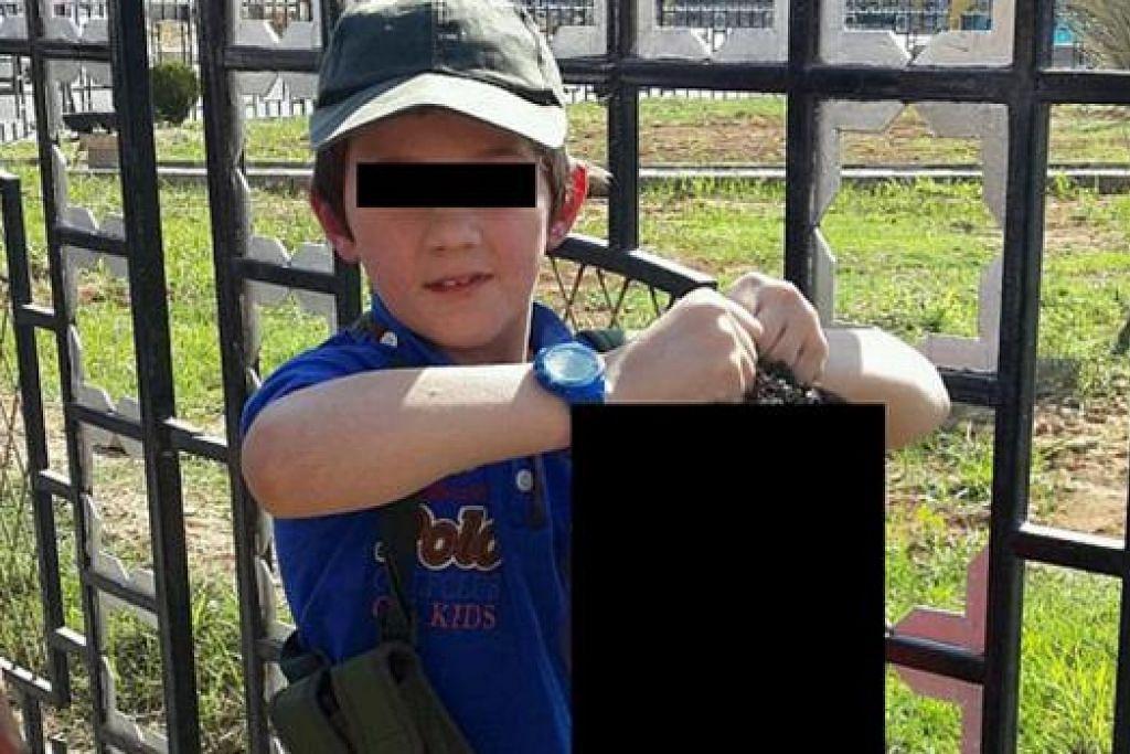 BAGAIKAN TIDAK PERCAYA: Gambar yang diedarkan di laman media sosial memaparkan seorang kanak-kanak berusia tujuh tahun dipercayai anak seorang lelaki Australia yang melarikan diri ke Syria memegang kepala seorang askar Syria yang sudah dipenggal. - Foto TWITTER