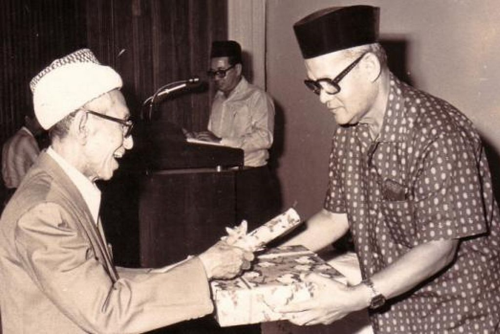KENANGAN SILAM: Allahyarham Kiai Haji Ahmad Zuhri Mutammim (kiri) dirakam bersama bekas presiden Majlis Ugama Islam Singapura, Allahyarham Haji Buang Siraj, dalam satu majlis dulu. - Foto-foto ihsan RAZAK LAZIM
