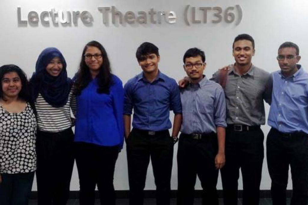 TERUS BERTAHAN: (Dari kiri) Cik Noorul Faeyza OH Abd Razak, Cik Syifa Azhar, Cik Rugaiyah Fuad Alkhatib, Encik Muhammad Amirul Haqim Ghazali, Encik Abdul Muhaimin Abdul Rahman, Encik Muhammad Fadhli Mohamad Ikbal dan Muhammad Taufik Wahab antara 11 mahasiswa Melayu Islam dalam fakulti perubatan tahun kedua di NUS tahun ini. - Foto ihsan ABDUL MUHAIMIN ABDUL RAHMAN