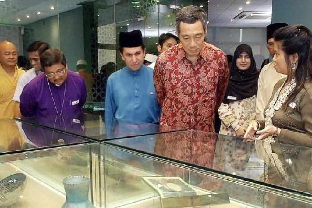 LAWAT PUSAT HARMONI: Perdana Menteri Lee Hsien Loong meninjau pelbagai artifak yang dipamerkan di Pusat Harmoni di Masjid An-Nahdhah pada 2006.