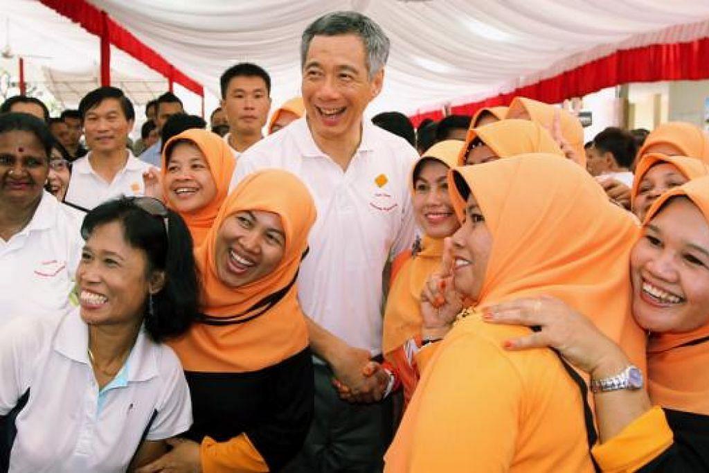 POTRET KENANGAN: PM Lee bergambar dengan kaum wanita Melayu semasa pelancaran Program Wellness Teck Ghee di Kelab Masyarakat Teck Ghee pada 6 Mac 2011.