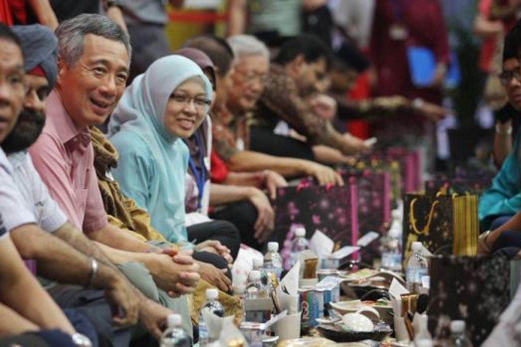 IFTAR BERSAMA: PM Lee bersama AP Encik Inderjit Singh dan Dr Intan Azura Mokhtar, menyertai masyarakat Melayu/Islam semasa iftar di Kelab Masyarakat Kebun Baru pada 12 Ogos 2012.