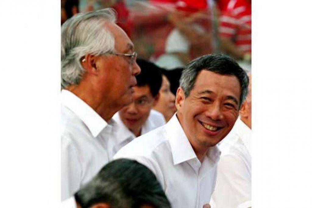 MENGHARGAI SUMBANGAN: Encik Goh Chok Tong (kiri) tidak menyangka beliau telah 10 tahun bersara dari jawatan perdana menteri yang disandang antara 1990 hingga Ogos 2004, dan kini disandang Encik Lee Hsien Loong yang merupakan perdana menteri ketiga republik ini. - Foto fail