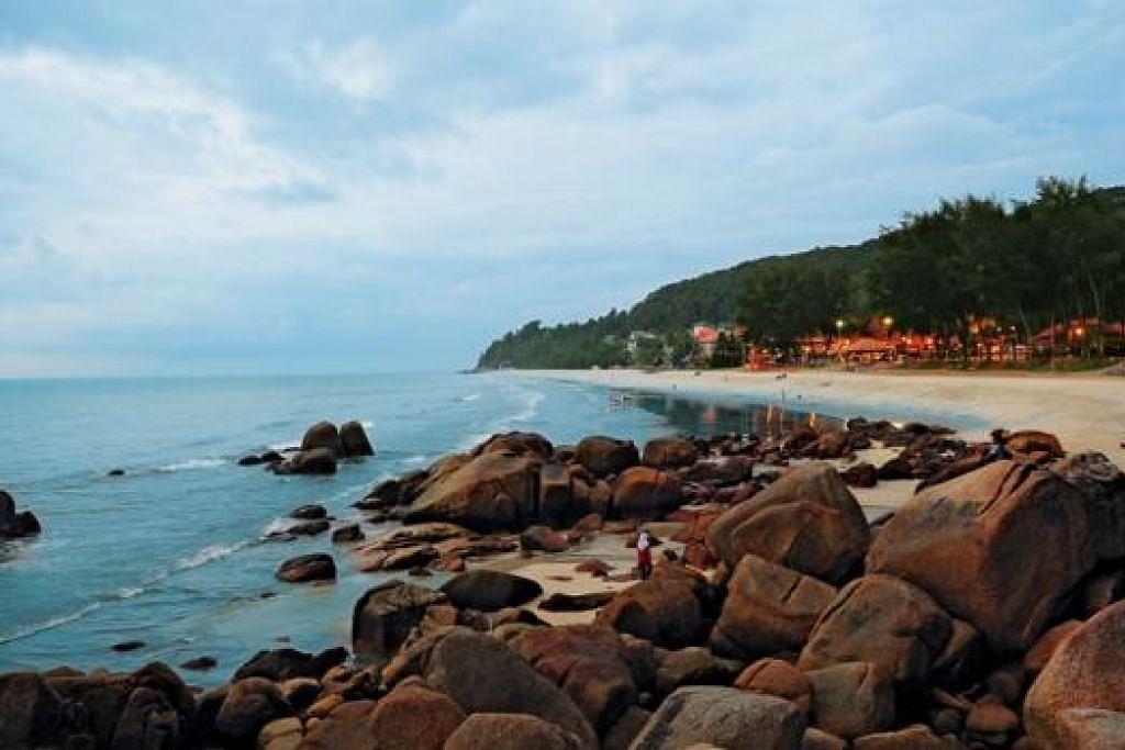 PASIR PANTAI PUTIH: Pantai Teluk Cempedak terletak kira-kira 5 km dari Kuantan, Pahang merupakan tempat perkelahan yang popular dan menjadi tumpuan ramai terutamanya pada hujung minggu. - Foto-foto TOURISM MALAYSIA