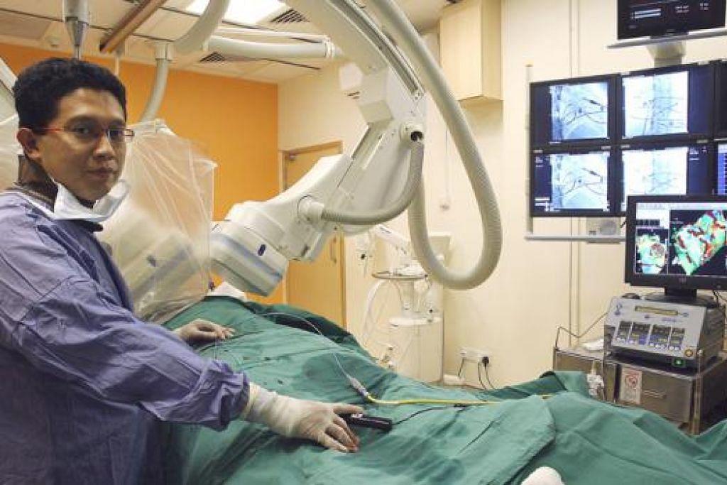 SEDIA MENTOR BAKAL DOKTOR: Pakar jantung di Hospital Raffles, Dr Abdul Razakjr Omar, ialah antara mantan panel yang menjalankan sesi temuduga bagi pelajar yang ingin memasuki Sekolah Perubatan Lee Kong Chian di Universiti Nasional Singapura (NUS) empat tahun lalu. – Foto-foto fail