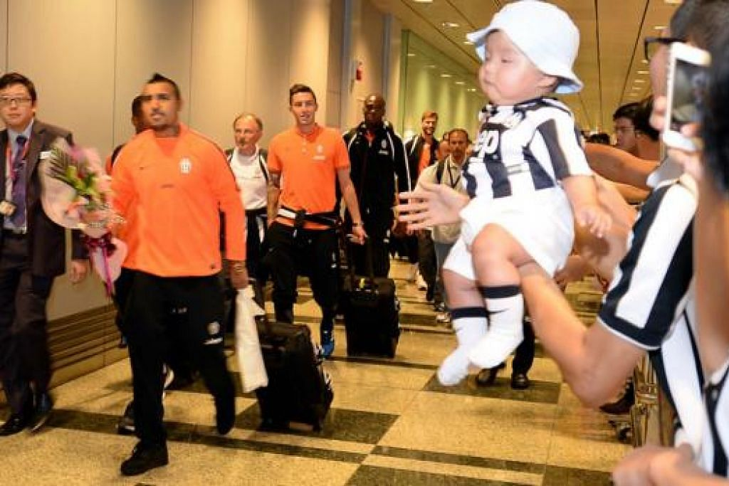 KETIBAAN DISAMBUT: Para pemain Juventus termasuk bintangnya yang menjadi sasaran Manchester United, Arturo Vidal dari Chile (depan sekali), disambut lebih 300 peminat kelab itu setibanya mereka di sini petang semalam. - Foto ZAINAL YAHYA