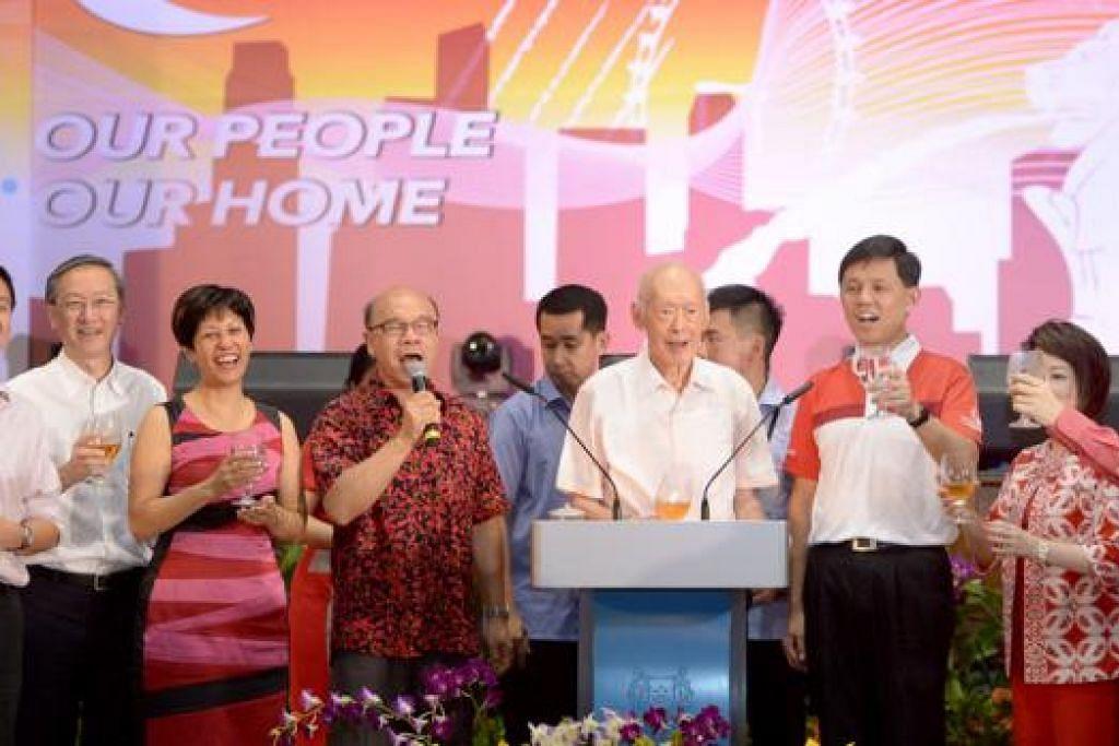 RAIKAN HARI KEBANGSAAN: (Dari kiri) Dr Chia Shi-Lu, Encik Sam Tan, Cik Indranee Rajah, Encik Ho Nai Chuen (pemimpin akar umbi), Encik Lee Kuan Yew, Encik Chan Chun Sing, Dr Lily Neo and Profesor Koo Tsai Kee di jamuan Hari Kebangsaan di Kelab Masyarakat Tanjong Pagar. - Foto THE STRAITS TIMES