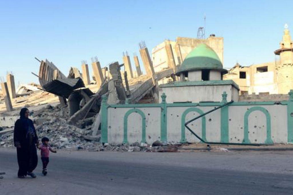 BANYAK KEROSAKAN: Masjid Omari di bandar Jabalia, utara Jaluran Gaza, antara bangunan yang mengalami kerosakan ekoran serangan Israel. - Foto AFP
