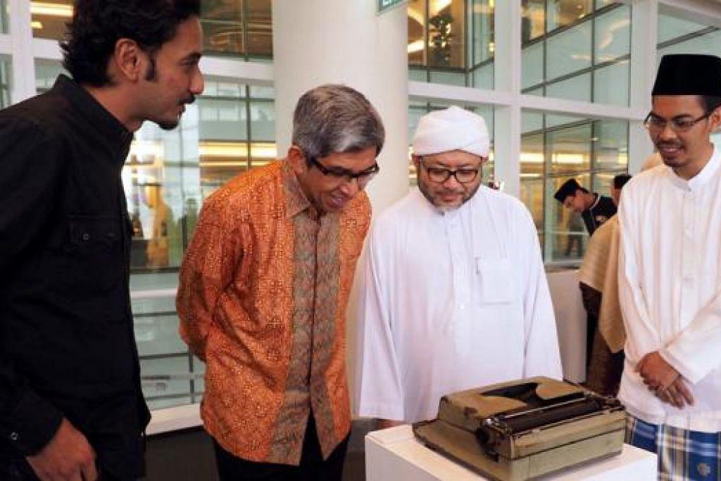 MESIN TAIP LAMA: Kurator Galeri Nasional Singapura, Encik Syed Muhd Hafiz Syed Nasir (kiri), menunjukkan Dr Yaacob dan Presiden Pergas, Ustaz Mohamad Hasbi Hassan, serta Pengarah Eksekutif Pergas, Ustaz Mohammad Yusri Yubhi Md Yusoff, sebuah mesin taip lama yang pernah digunakan Allahyarham Ustaz Ahmad Sonhadji. - Foto JOHARI RAHMAT