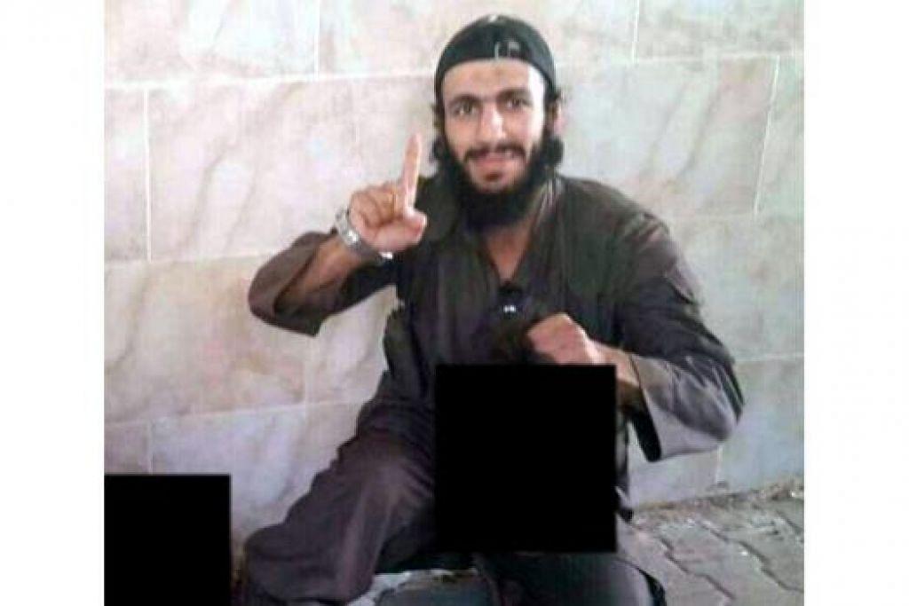 ZALIM: Gambar yang disebar di Twitter ini menunjukkan Mohamed Elomar memegang kepala yang dipenggalnya di Syria. - Foto TWITTER