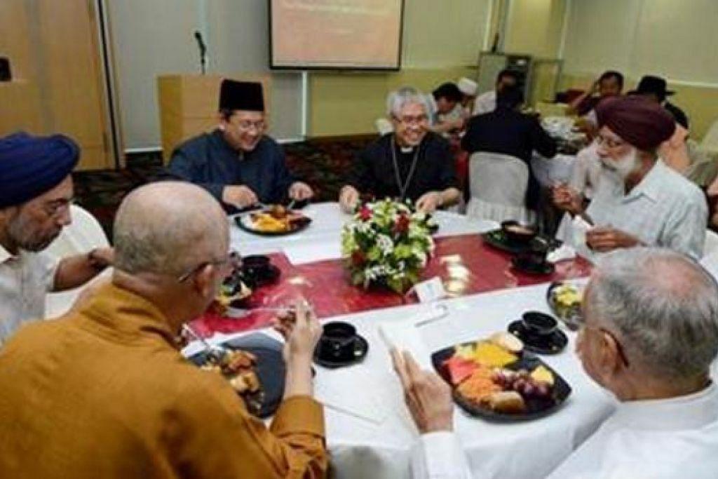 JAMUAN HARMONI: Mufti, Dr Mohamed Fatris Bakaram (bersongkok), menjamu selera bersama pemimpin pelbagai agama (dari kiri beliau, ikut putaran jam); Paderi Besar William Goh; Encik Gurmit Singh (Presiden IRO); Encik Rajan Krishnan (Pengerusi, Lembaga Penasihat Hindu); Encik Rustom M Ghadiali (wakil Persatuan Zoroaster Parsi Singapura); Sami Seck Kwang Phing (Presiden Persekutuan Buddha Singapura); dan Encik Surjit Singh Wasan Wazir Singh (Pengerusi, Lembaga Penasihat Sikh). - Foto MUIS