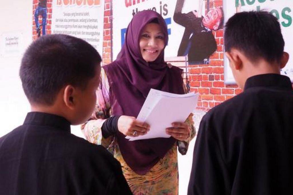 BERDEDIKASI: Cik Rahmatunnisa komited dalam memastikan setiap penghuni RKM menerima jagaan dan pendidikan yang baik. - Foto JOHARI RAHMAT