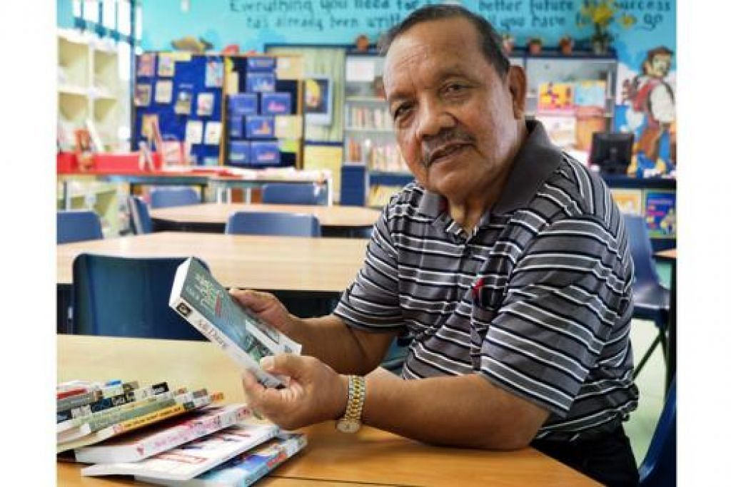 TERUS BERBAKTI: Meskipun sudah mencecah usia 72 tahun, Encik Abdul Rahman, yang sudah 54 tahun menjadi guru, kini mengajar bahasa Melayu di Montfort Junior School. - Foto JOHARI RAHMAT