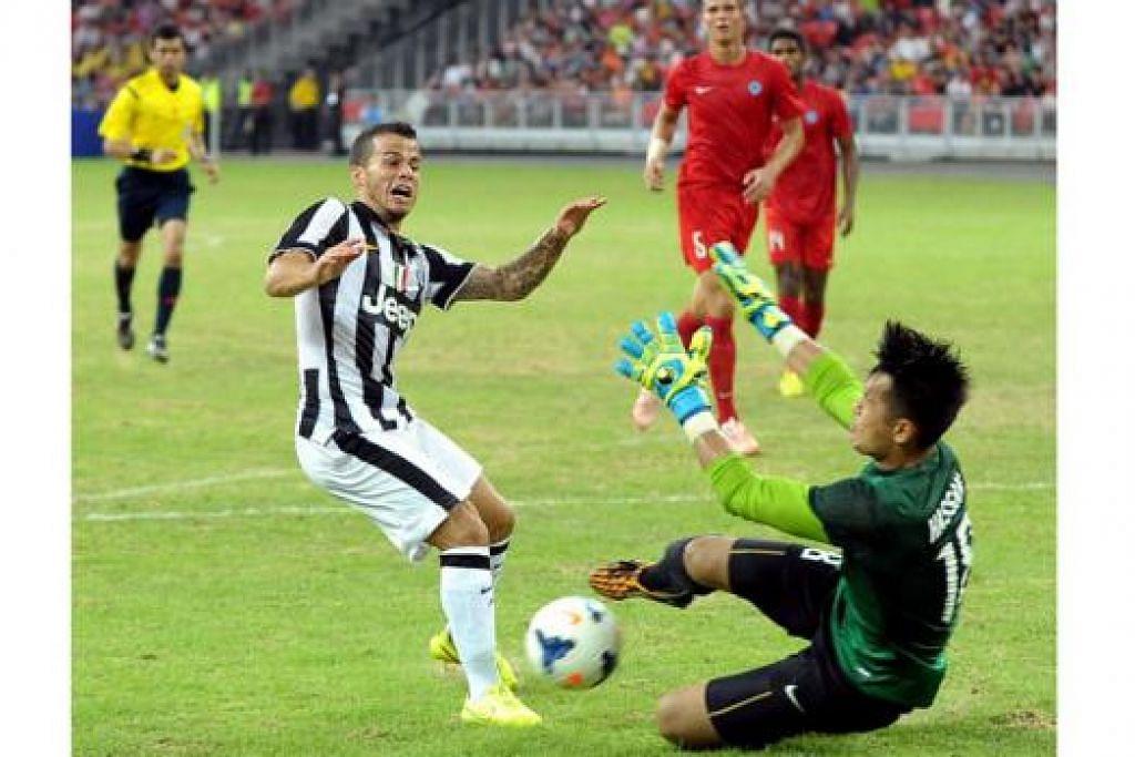 AKSI DI DEPAN GAWANG: Pemain Juventus Sebastian Giovinco berentap dengan Hassan Sanny. - Foto TAUFIK A. KADER