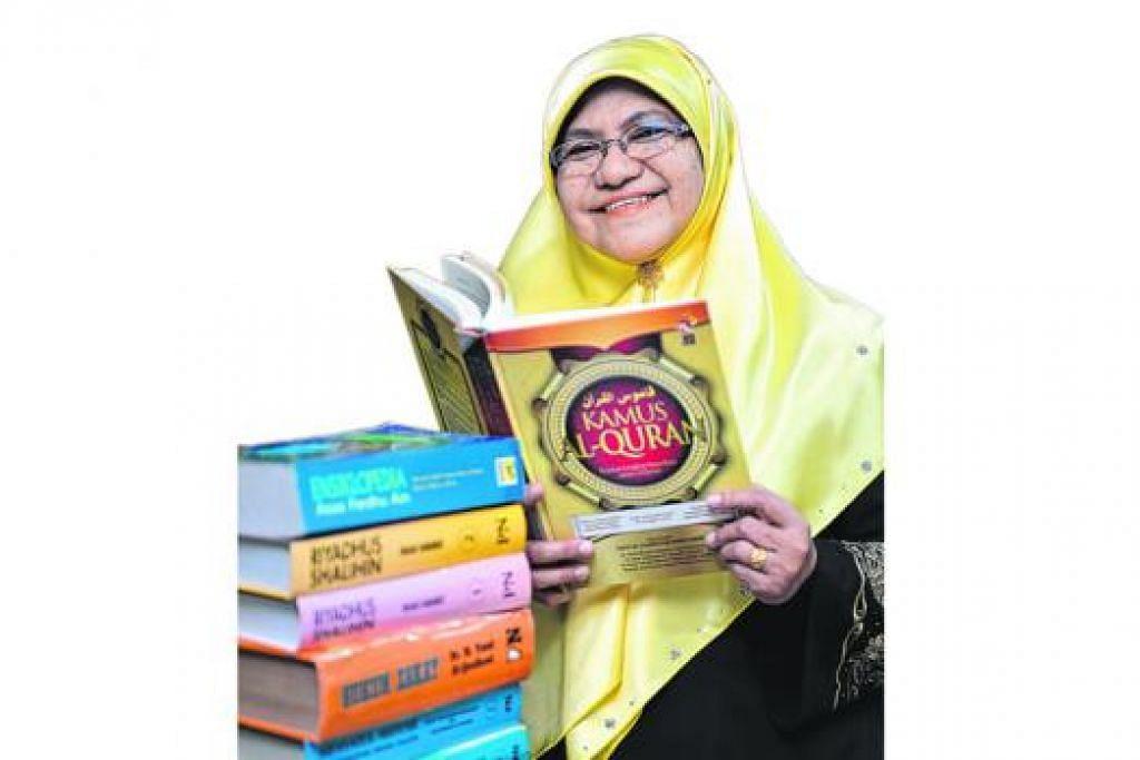 TERUS GIGIH TAMBAH ILMU: Ustazah Kamaliah banyak membaca demi menambah ilmu, selain bijak menggunakan teknologi maklumat (IT). - Foto M.O. SALLEH