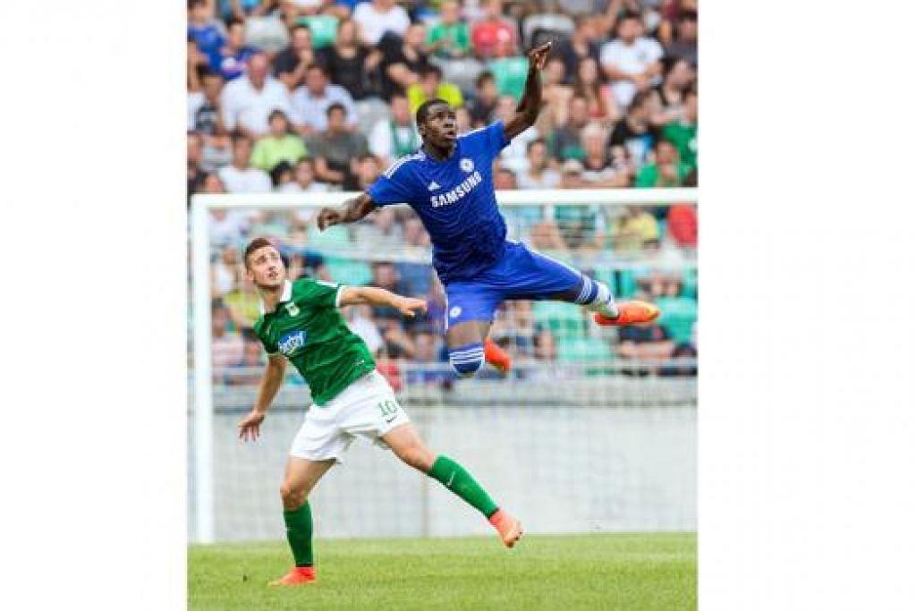 GAGAH PERKASA: Pemain berbadan sasa Chelsea, Kurt Zouma (jersi biru) beraksi semasa perlawanan persahabatan menentang kelab Slovenia, Olimpija Ljubljana, bulan lalu. Zouma turut menemui sasaran dalam perlawanan pramusim itu.