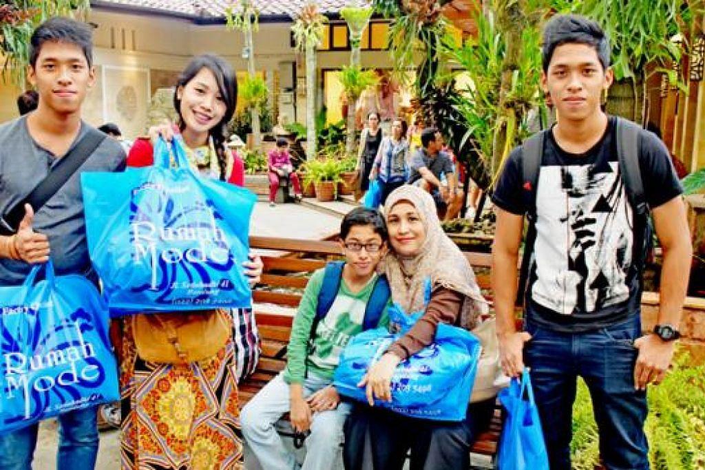'SHOPPING' SAKAN: Beberapa ahli keluarga penulis seusai membeli-belah di kota Bandung yang mempunyai banyak 'outlet mall' atau gedung yang menjual barangan untuk dihabiskan stok.
