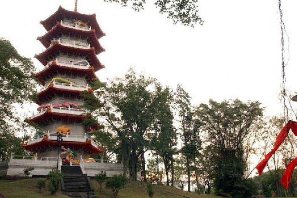 TAMAN CINA: Bersama kawasan Taman Jepun dan Taman Tasik Jurong (gambar kanan), kawasan taman-taman ini akan dibangunkan semula supaya menjadi taman raksasa. - Foto-foto fail