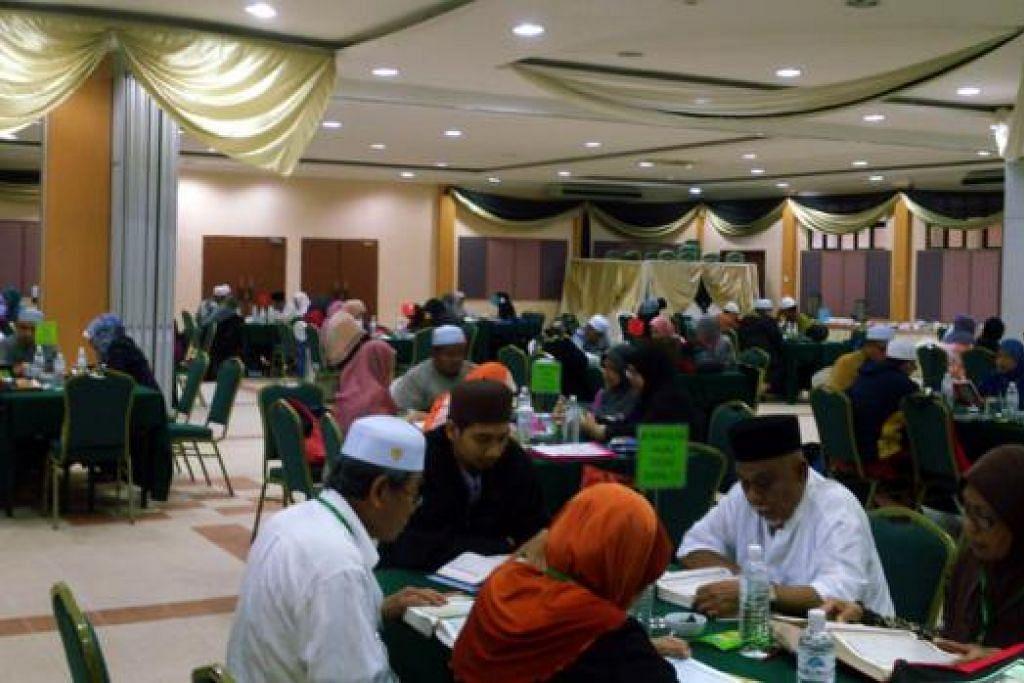 KHUSYUK: Sebahagian peserta di Kem Intensif Talaqqi Al-Quran 50 jam anjuran Pergeraq Singapura dengan kerjasama Kolej Islam Antarabangsa Sultan Ismail Petra (Kias) Nilam Puri di Kelantan. - Foto ihsan M. ZUHAL A. LATHIF.