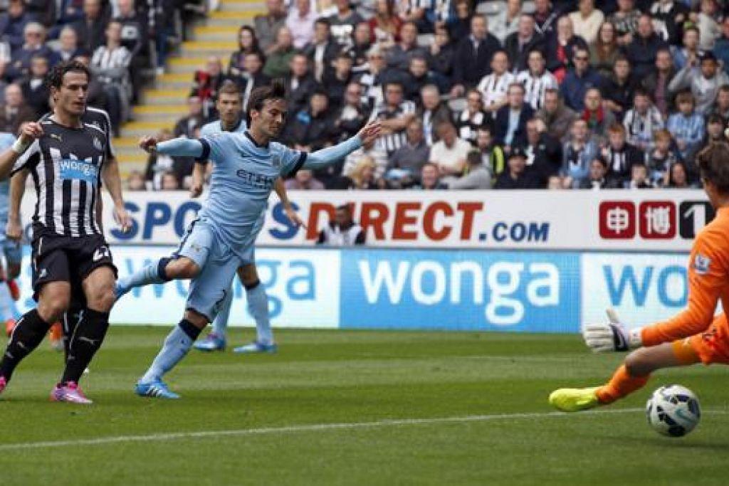 MULA MUSIM DENGAN BERGAYA: Bintang Manchester City yang berasal dari Sepanyol, David Silva (jersi biru muda), melepaskan rembatan bagi gol pertama pasukannya semasa kemenangan ke atas Newcastle United kelmarin. - Foto REUTERS