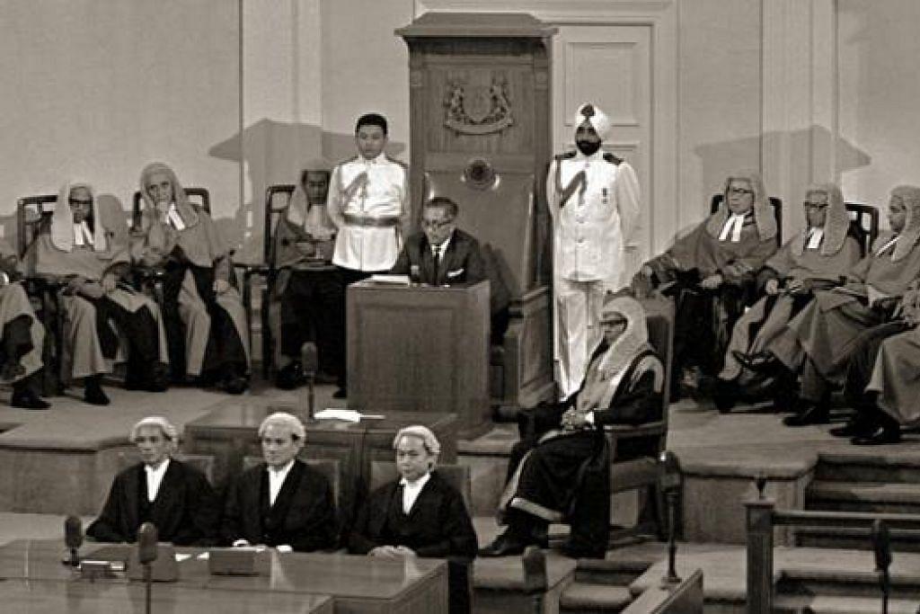 ERA BARU: Presiden Yusof Ishak merasmikan sidang Parlimen Singapura yang pertama pada 8 Disember 1965. - Foto MCI