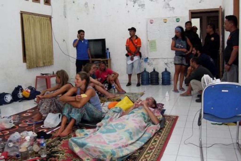 MANGSA BOT KARAM DAPAT DISELAMATKAN: Sekitar lapan rakyat asing dan lima warga Indonesia diselamatkan selepas bot pelancong karam dalam ribut pada Jumaat malam. - Foto AFP