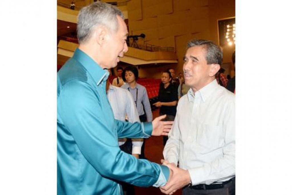 JASA BAPA DIIKTIRAF: Encik Lee bersalaman dengan Encik Zulkifli Rahmat, yang bapanya pernah berkhidmat sebagai pemandu Perdana Menteri pertama, Encik Lee Kuan Yew.