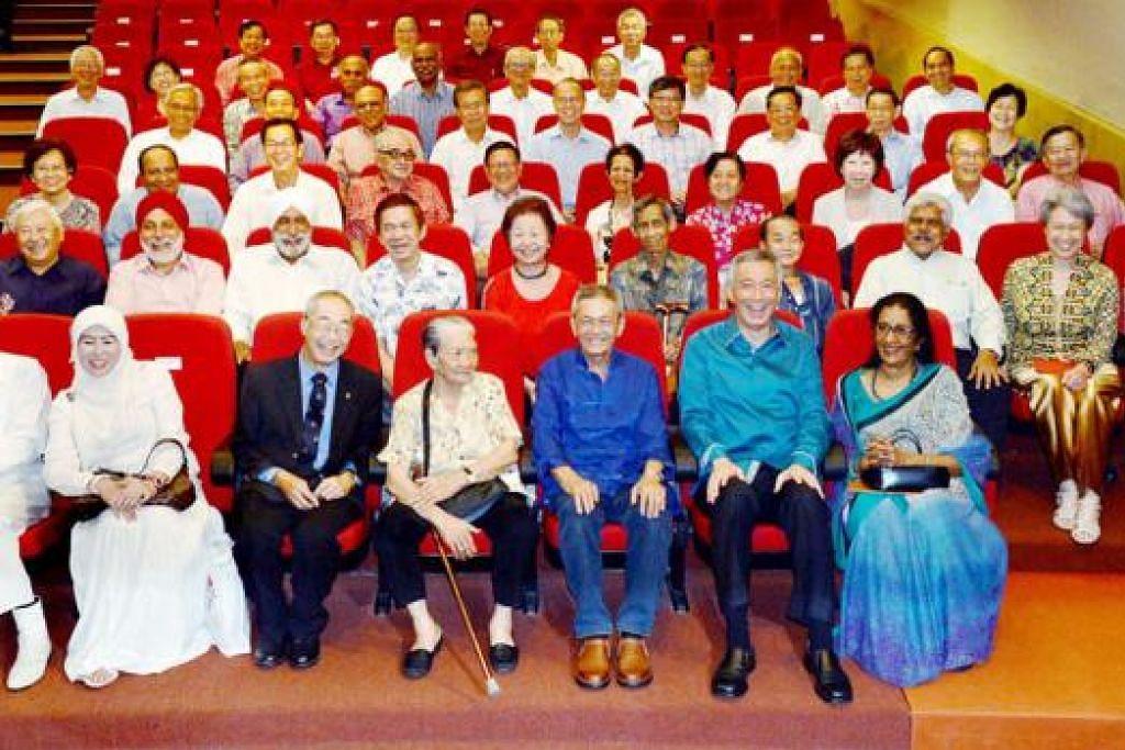 GOLONGAN PERINTIS: Encik Lee (duduk depan dua dari kanan) serta isterinnya, Cik Ho Ching (duduk di barisan dua - dua dari kanan), bergambar bersama golongan perintis.