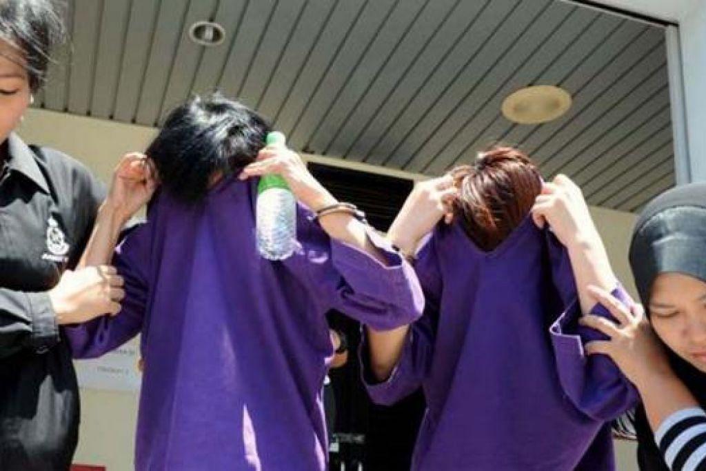 SERAH DIRI: Dua peserta pesta sukan bogel ditahan selepas menyerah diri di Ibu Pejabat Polis Daerah Barat Daya Pulau Pinang dan ditahan reman bagi membantu siasatan kes yang didakwa diadakan di Pantai Teluk Kampi, Teluk Bahang Pulau Pinang. - Foto THE STAR