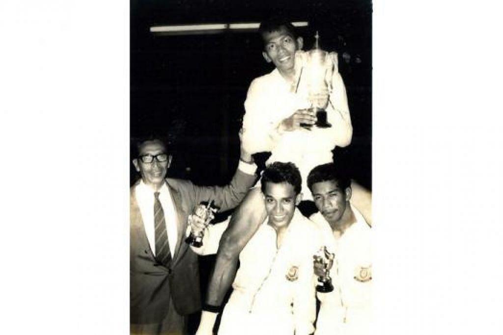 JASA DIKENANG: Tiga bekas pemain nasional ini - Eusope Bujal, dijulang Salim Nahrawi (tengah) dan Kadir Abdullah - antara tokoh veteran sukan sepak takraw yang akan diiktiraf dalam majlis anjuran Perses Sabtu ini. Tiga serangkai itu sedang meraikan kejayaan memenangi kejohanan Piala MAHA yang berlangsung pada 1960-an. - Foto fail PERSES