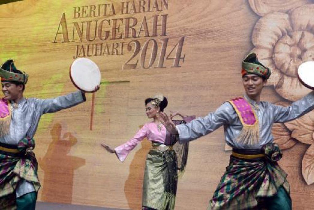 SELAMAT DATANG: Kumpulan penari Era Dance Theatre Ltd membuat persembahan Selamat Datang di acara pembukaan majlis Anugerah Jauhari 2014.