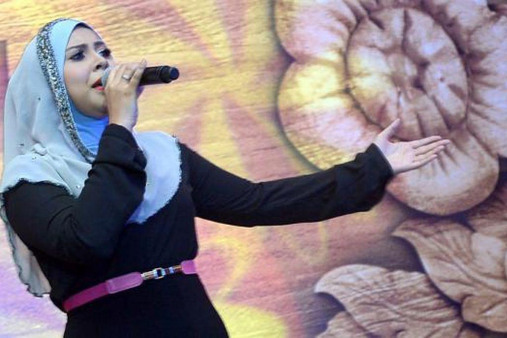 MANTAP: Penyanyi Singapura, Maiya Rahman antara lain membawa tiga lagu, termasuk Wassini, menghiburkan hadirin.