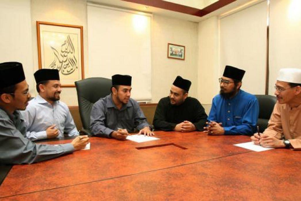 RANCANG PROGRAM: Ustaz Dr Mohamed Ali (tiga dari kiri), memimpin perbincangan bersama beberapa anggota kumpulan sukarelawan RRG dalam mencegah penularan fahaman radikal dan memberi kaunseling kepada tahanan. - Foto fail