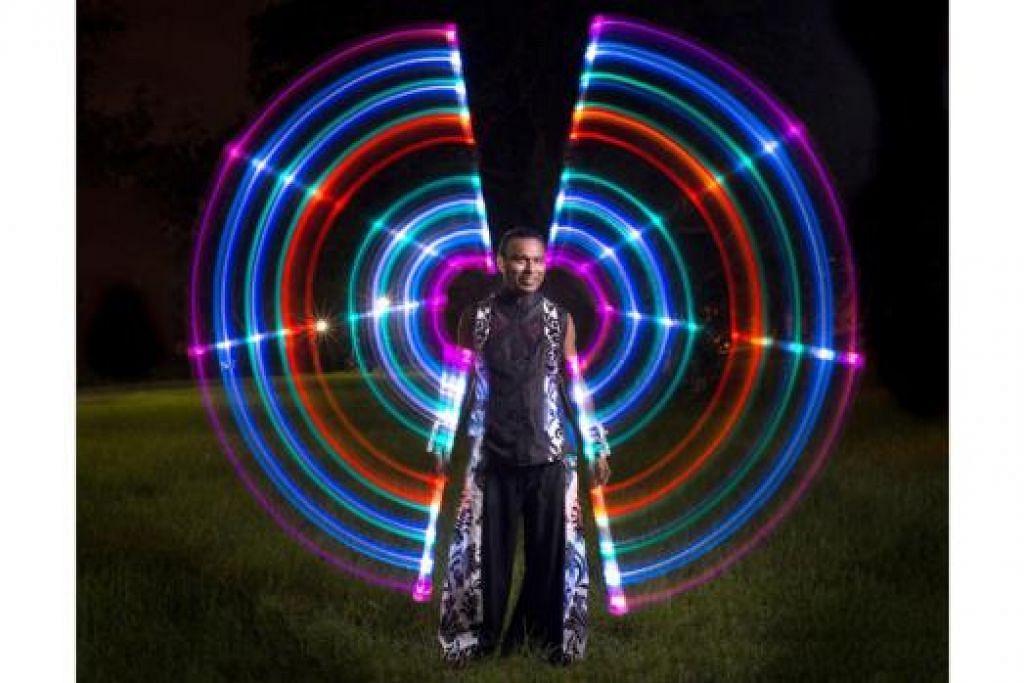 PERSEMBAHAN API DAN CAHAYA: Encik Johari merupakan antara anggota utama daripada kumpulan Starlight Alchemy. - Foto MAX PAGEL