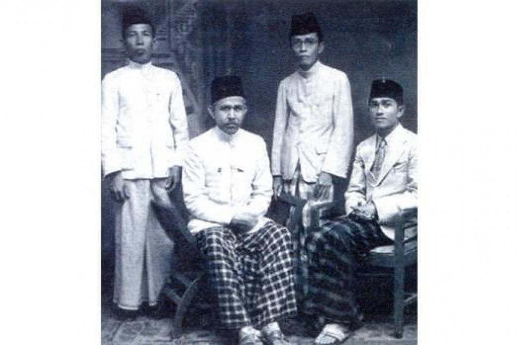 BERGIAT AKTIF DALAM DAKWAH: Kiai Hassan (dua dari kiri) bersama teman seperjuangannya di pertubuhan Persis. - Foto PERGAS