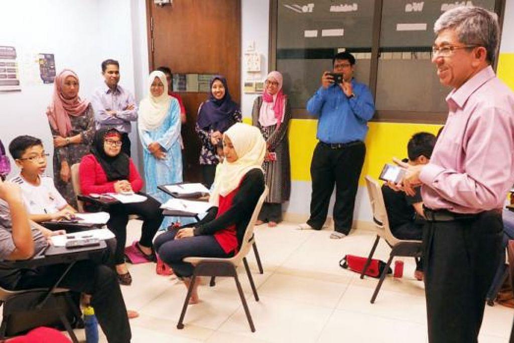 KATA-KATA PERANGSANG: Dr Yaacob memberikan ucapan ringkas merangsang murid-murid yang bakal mengambil PSLE agar berusaha lebih giat. - Foto-foto JOHARI RAHMAT