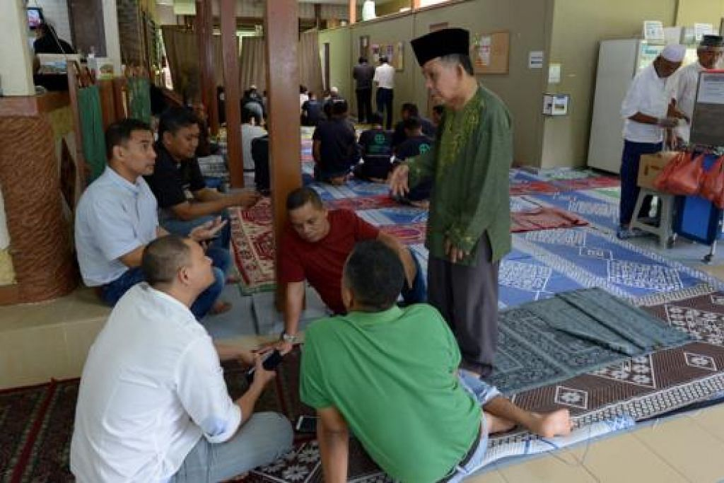 PERLU KEMUDAHAN BARU: Ramai tertarik kepada suasana kekampungan masjid, tetapi akur masjid itu memerlukan kemudahan baru, termasuk bilik darjah. Kelihatan jemaah sedang duduk bersembang di masjid. - Foto TUKIMAN WARJI