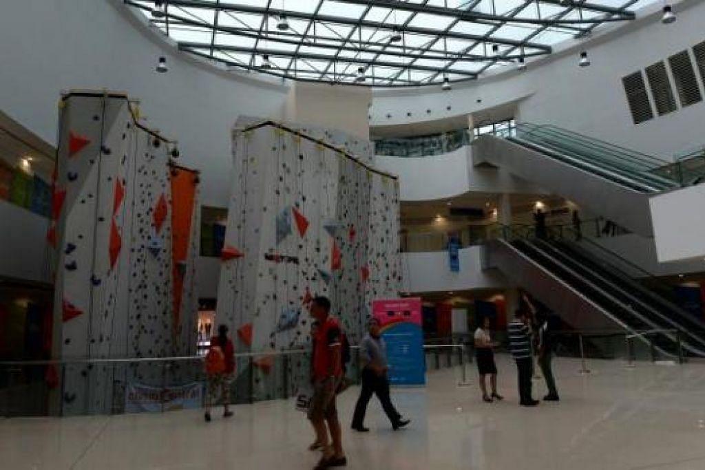 BELI-BELAH SAMBIL BERIADAH: Pengunjung ke Hab Sukan Singapura dan Stadium Negara boleh juga menikmati pengalaman membeli-belah di Kallang Wave Mall. Terdapat juga tembok memanjat terbesar di Singapura di pusat itu bagi peminat sukan lasak.
