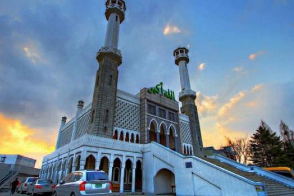 MASJID ITAEWON: Inilah masjid utama di kawasan tengah Seoul yang menyelia kegiatan 10 masjid lain di Korea. Ia dibuka pada 1976 untuk meningkatkan hubungan antara Korea dengan negara-negara Islam dan mengenalkan budaya Islam ke negara tersebut.