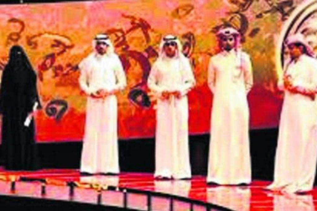 PENYAIR WANITA: Cik Hisa Hillal (kiri, berniqab) merupakan antara finalis sayembara menulis dan membaca syair Arab 'Million's Poet' di TV Abu Dhabi yang diadakan ala 'American Idol'. Beliau meraih tempat ketiga dengan hadiah AS$800,000 ($1,000,392). - Foto TV Abu Dhabi
