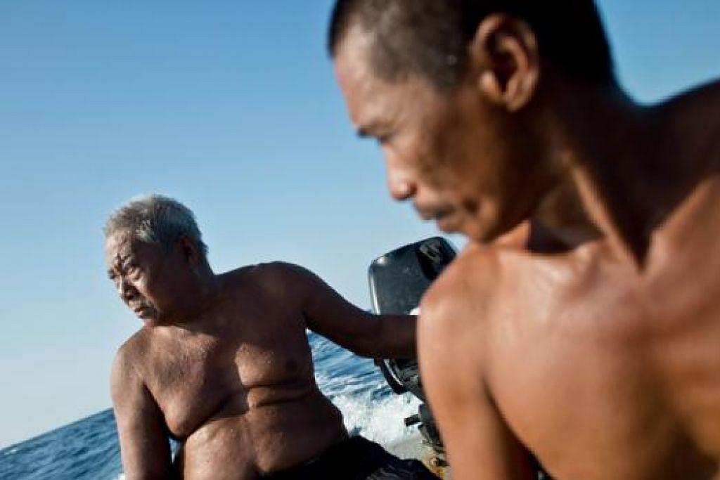 TIDAK MAHU LIHAT AMALAN PUPUS: Pak Harun bersama anaknya, Encik Zuraini, meneroka perairan Laut China Selatan khususnya memburu ikan gelama. Encik Zuraini mewarisi ilmu 'mendengar ikan' daripada bapanya dan mahu keturunannya meneruskan amalan tersebut.