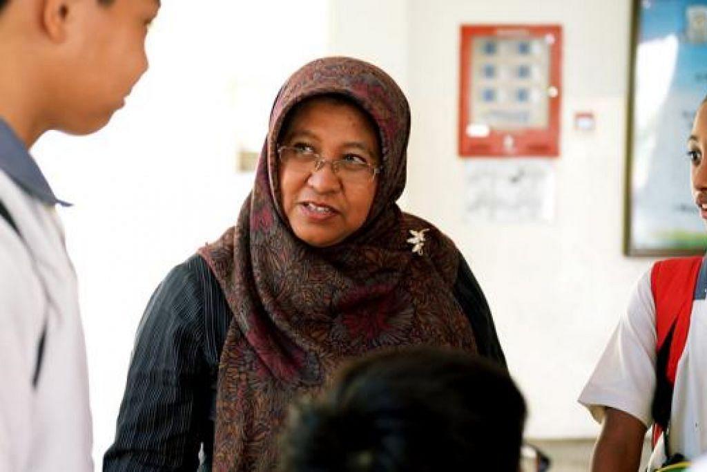TEKAL BERJASA: Pengetua Sekolah Menengah Tanglin, Cik Aini Maarof, berinteraksi dengan para pelajar di sekolah tersebut yang terletak dalam kawasan West Coast. - Foto TUKIMAN WARJI