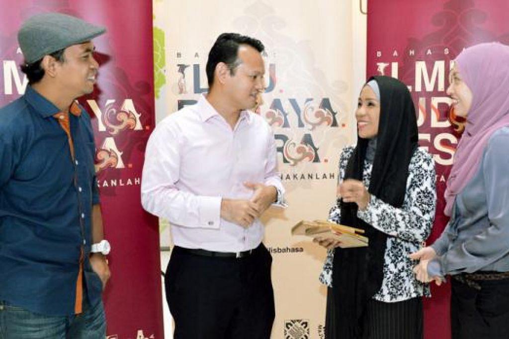 HIDUPKAN BAHASA DALAM KEHIDUPAN HARIAN: Encik Zaqy (dua dari kiri) beramah mesra dengan tiga Duta Bahasa yang dipilih sempena Bulan Bahasa tahun ini - (dari kiri) Encik Zaibaktian, Cik Asnida dan Dr Elly. Setiap satu menjadi contoh bagaimana bahasa Melayu boleh digunakan secara berkesan dalam bidang kerja masing-masing. - Foto KHALID BABA