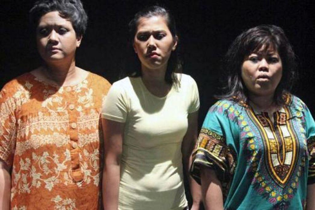 BARISAN PELAKON: (Dari kiri) Suhaila Mohamed Sanif, Hafisa Kamarudin dan Dalifah Shahril membawa watak sebagai pesakit mental. - Foto TEATER KAMI