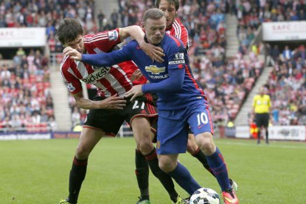 KURANG BAIK: Kapten United, Wayne Rooney (jersi biru), gagal merangsang pasukannya mencapai kemenangan ke atas Sunderland. – Foto REUTERS